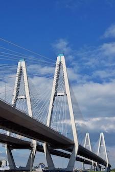 Widok na kabel pozostał most w dzielnicy newski w pochmurny letni dzień saintpetersburg rosja