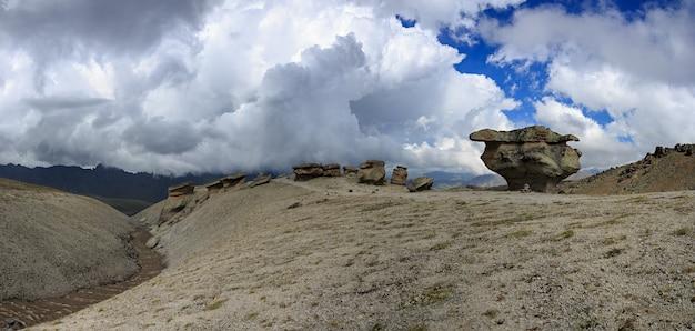 Widok na kamienne grzyby elbrusu w pobliżu północnego stoku góry. sfotografowany na kaukazie w rosji.