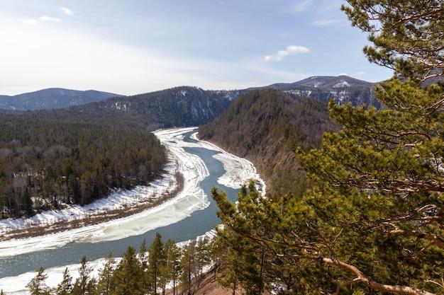 Widok na kanion rzeki z wiosennym dryfem lodu