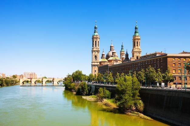 Widok na katedrę i rzekę ebro w saragossie
