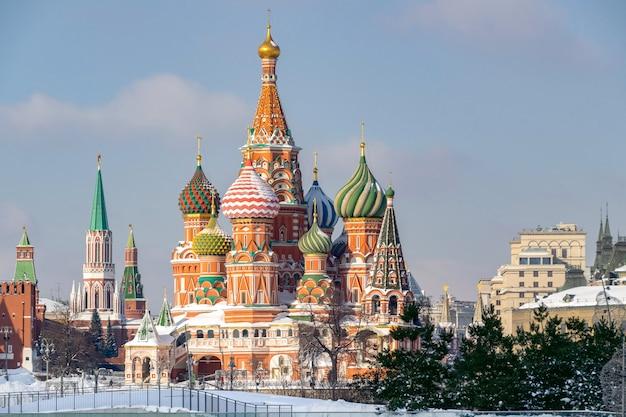 Widok na katedrę św bazylego z parku zaryadye w zimie moskwa rosja