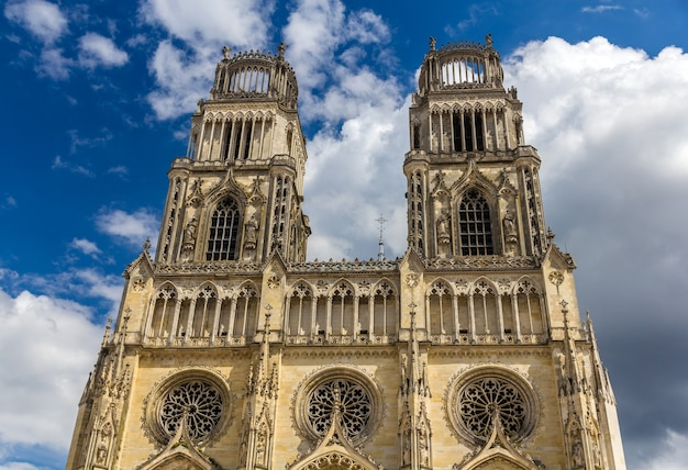 Widok na katedrę w orleanie - francja, region centrum