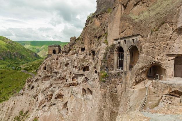 Widok na klasztor jaskiniowy vardzia gruzja vardzia to wykopane miejsce klasztoru jaskiniowego