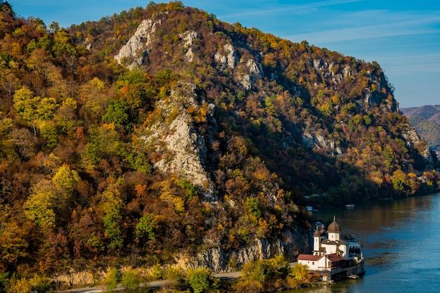 Widok na klasztor mraconia po rumuńskiej stronie dunaju wąwóz djerdap