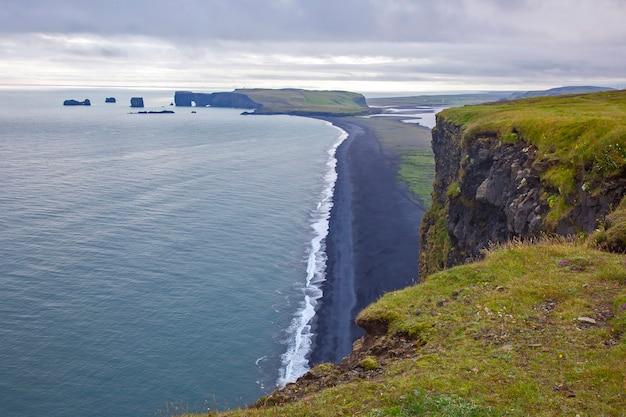 Widok na klify dyrholaey w islandii. przyroda i miejsca na wspaniałe podróże