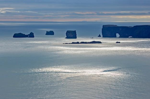 Widok na klify dyrholaey w islandii