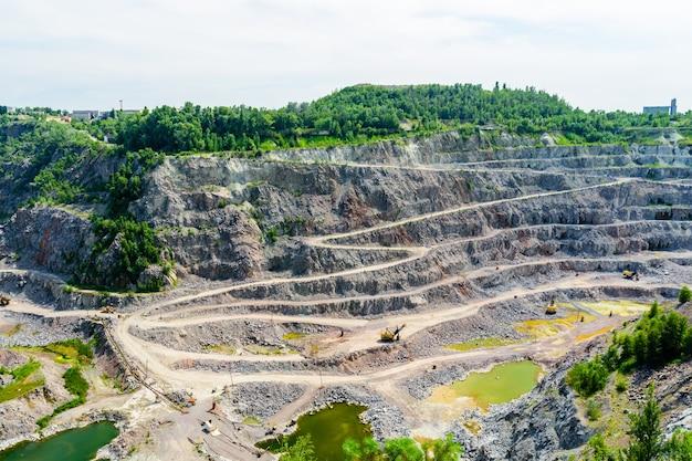 Widok na klify w kamieniołomie granitu