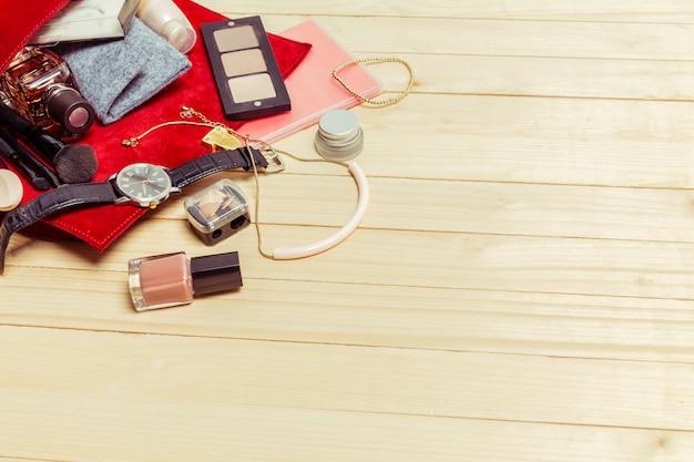 Widok na kobiety torby rzeczy na drewnianej powierzchni