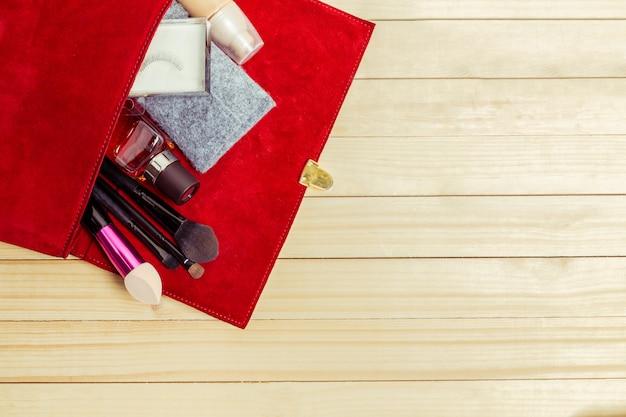 Widok na kobiety torby rzeczy na drewnianym
