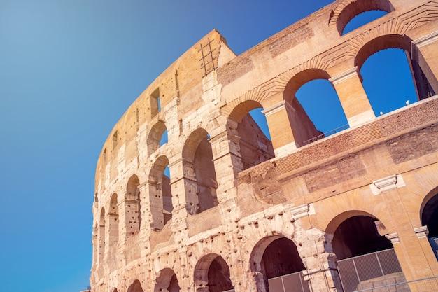 Widok na koloseum w rzymie w rzymie, włochy. koloseum zostało zbudowane w czasach starożytnego rzymu w centrum miasta. podróżować.