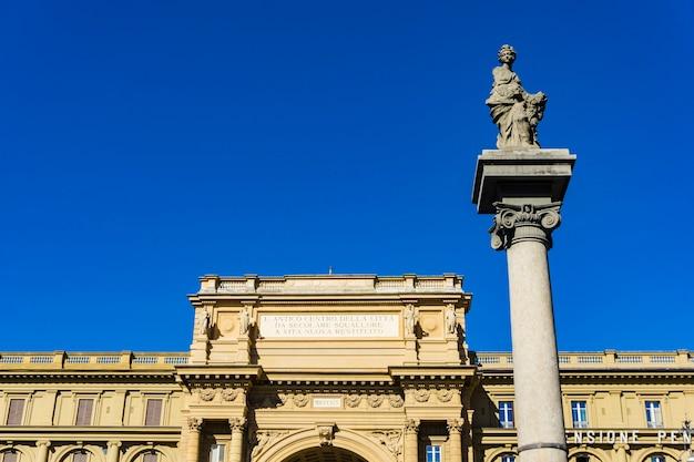 Widok na kolumnie obfitości na piazza della repubblica we florencji, włochy