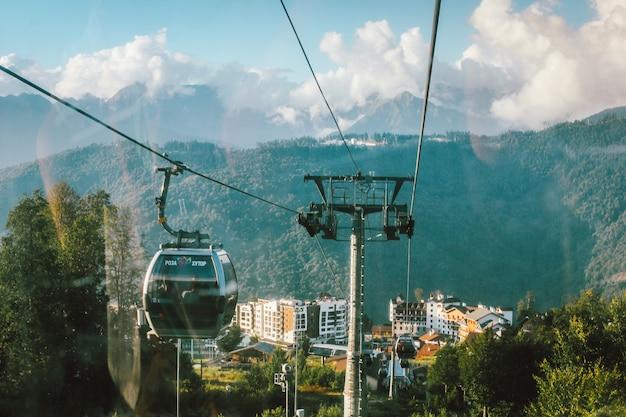 Widok na kompleks hotelowy w górskim kurorcie rosa khutor