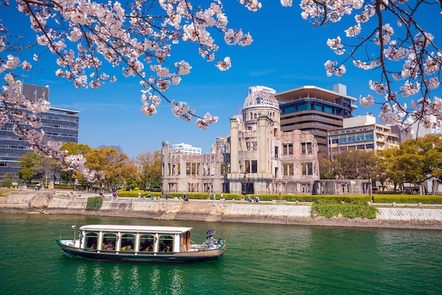 Widok na kopułę bomby atomowej w hiroszimie w japonii. światowego dziedzictwa unesco