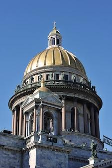 Widok na kopułę soboru św. izaaka w sankt petersburgu