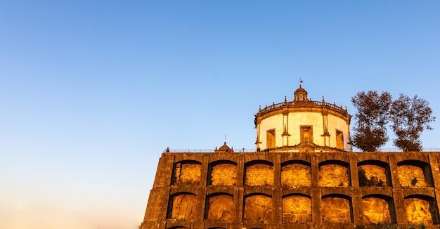 Widok na kościół serra do pilar oświetlony w niebieskiej godzinie w vila nova de gaia, porto, portugalia