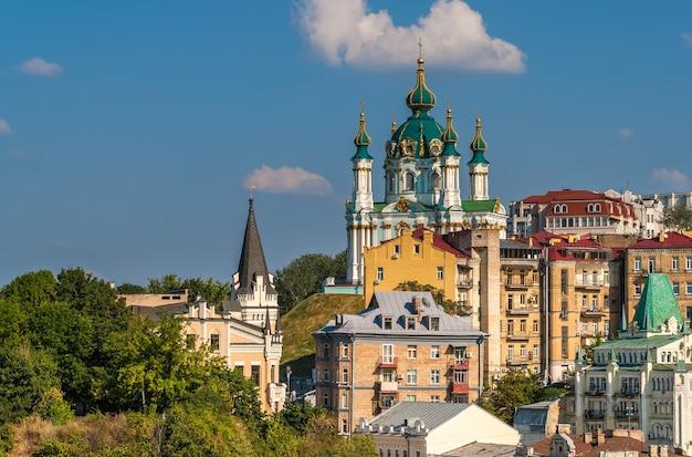 Widok na kościół św andrzeja - kijów, ukraina