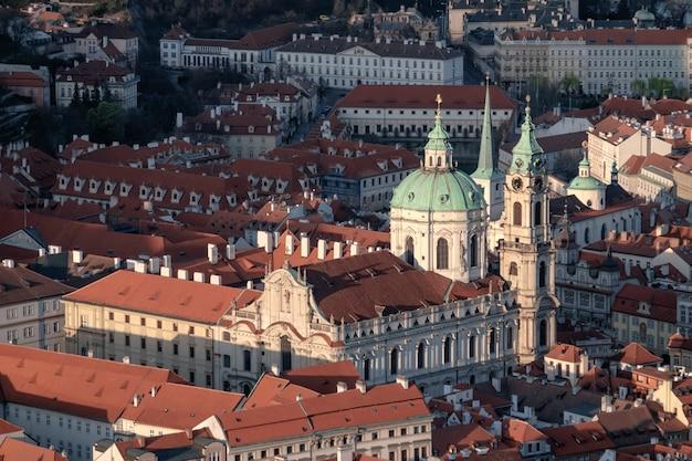 Widok na kościół św. mikołaja i dachy pragi