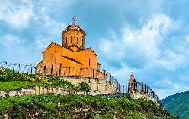Widok na kościół św. mikołaja w mestii górna swanetia, gruzja