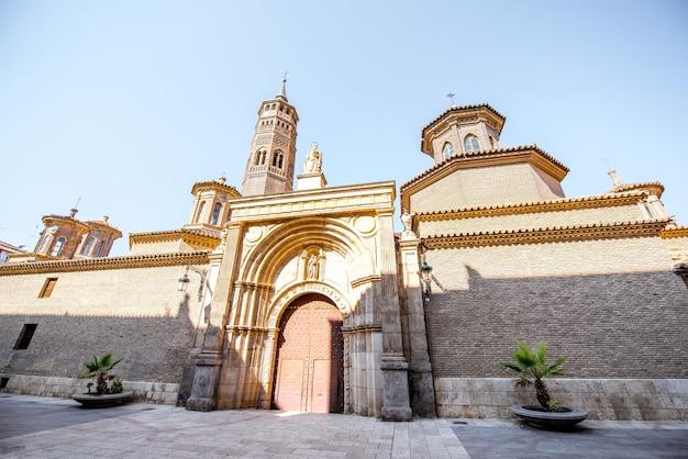 Widok na kościół świętego pabla z wieżą mudejar w mieście saragossa w hiszpanii