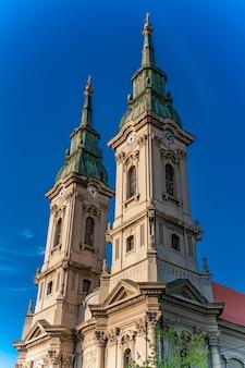 Widok na kościół wniebowzięcia matki bożej w pancevo, serbia