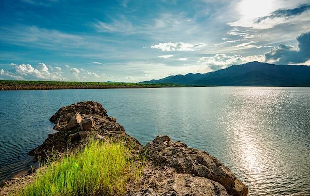 Widok na krajobraz i rzekę oraz kolor światła słonecznego