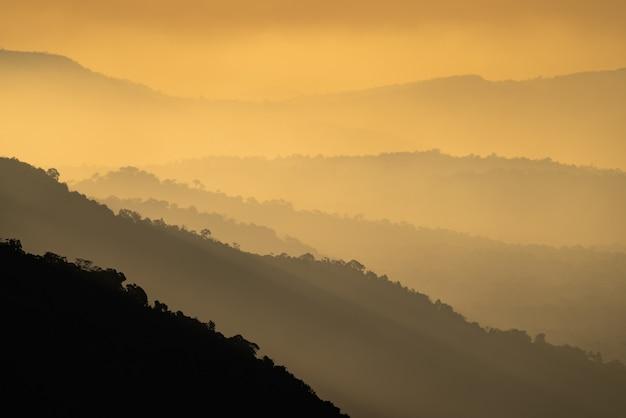 Widok na krajobraz przyrody, zachód słońca warstw gór w złotożółtym kolorze, koncepcja wolności relaksu przy użyciu spa i naturalnej terapii leczniczej