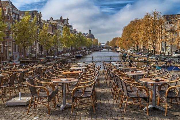 Widok na krajobraz pusty kawiarni na świeżym powietrzu
