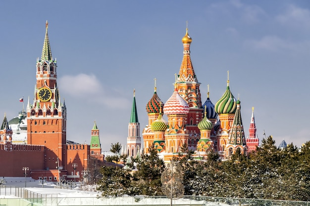 Widok na kreml i katedrę św. bazylego w moskwie, rosja