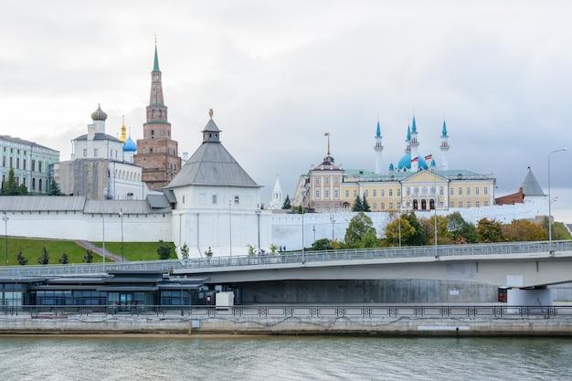 Widok na kreml kazański z pałacem prezydenckim, sobór zwiastowania, wieża sojembika, meczet qolsharif od nasypu. rano w pochmurny dzień.