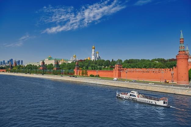 Widok na kreml moskiewski od rzeki moskwy. wieże z czerwonej cegły i dzwonnica iwana wielkiego. wielki pałac kremla. podróż do stolicy rosji. moskwa, rosja.