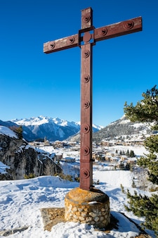 Widok na krzyż i wieś aussois we francji