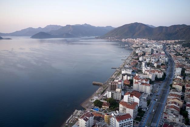 Widok na kurort marmaris, turcja. krajobraz z morzem, budynkami i górami. popularna miejscowość turystyczna.