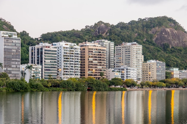 Widok na lagunę rodrigo de freitas w rio de janeiro brazylia.