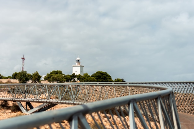 Widok na latarnię morską santa pola. alicante, hiszpania