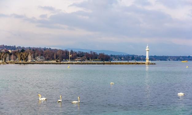 Widok na latarnię morską w genewie w szwajcarii