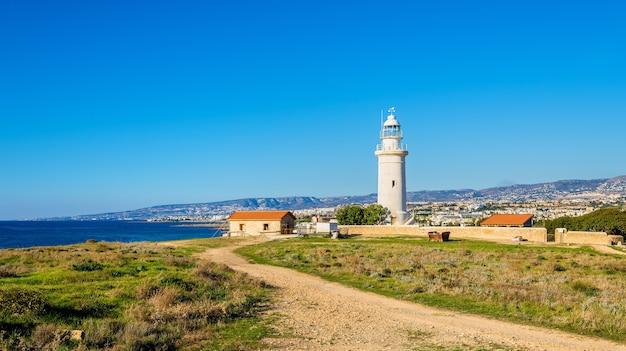 Widok na latarnię morską w pafos na cyprze