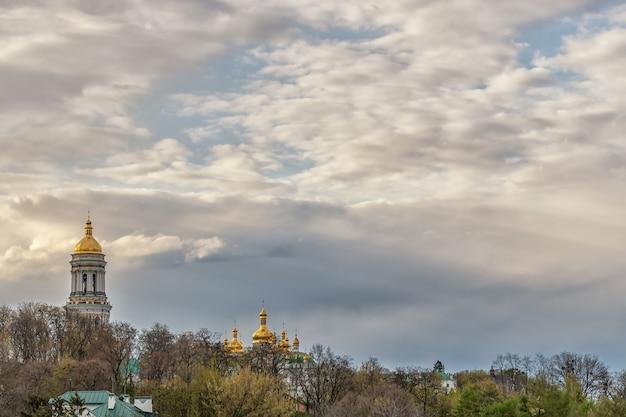Widok na ławrę peczerską lub kijowski klasztor jaskiń w kijowie na ukrainie.