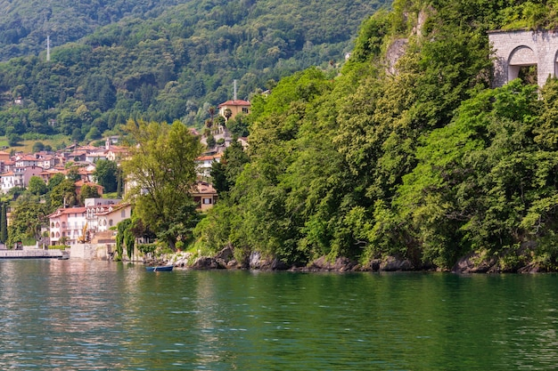 Widok na letni brzeg jeziora como z pokładu statku, włochy