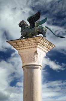 Widok na lion of venice na piazza san marco w wenecji, włochy
