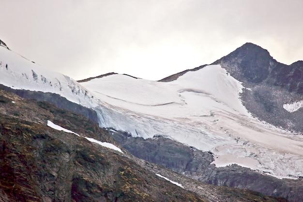 Widok na lodowiec w górach norwegii