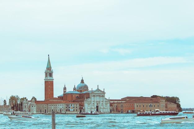 Widok na łodzie kościoła san giorgio maggiore przed słynnym punktem orientacyjnym miejsca kopiowania przestrzeni