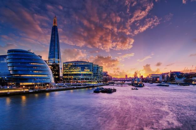 Widok na londyn o zachodzie słońca.