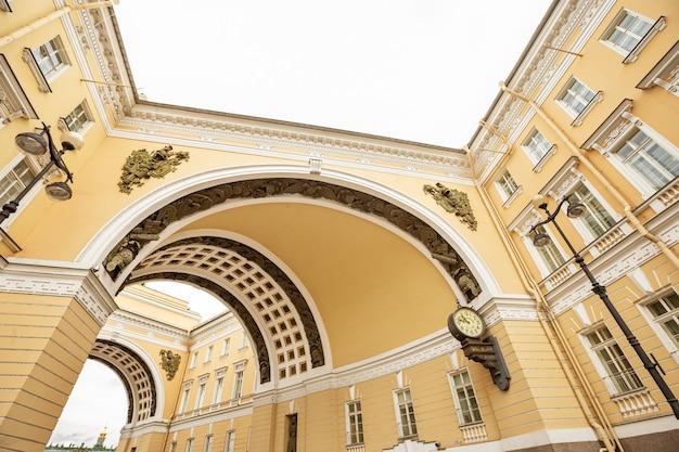 Widok na łuk triumfalny sztabu generalnego sankt petersburg rosja architektoniczny budynek dekoracyjny