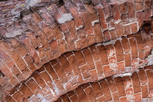 Widok na łuk zbudowany z czerwonej cegły.
