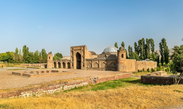 Widok na madrasa kuhna w pobliżu twierdzy hisor w tadżykistanie, w azji środkowej