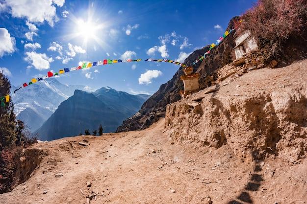 Widok na majestatyczne jesienne góry nepalu z trekkingu wokół annapurny