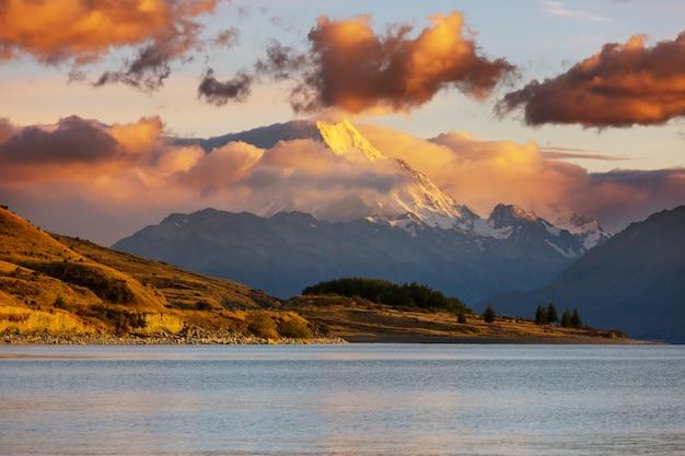 Widok na majestatyczny aoraki mount cook nad jeziorem matheson w nowej zelandii