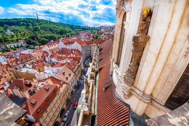 Widok na małą stranę (mala strana) i cerkiew św. mikołaja. praga, republika czeska.