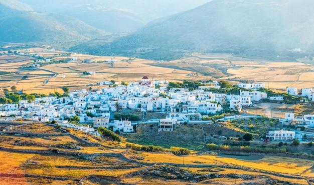 Widok na małą wioskę nad morzem