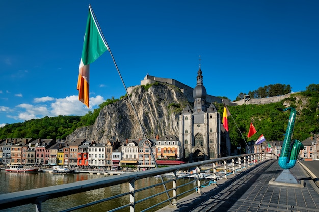 Widok na malownicze miasteczko dinant. belgia